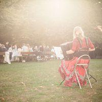 2016 09 24 Hochzeit Gut Suckow von hinten mit gedeckter Kaffeetafel im Hintergrund-