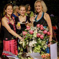 2014 09 01 DSCF9336 danach mit BlumenstrauA  und Geburtstagskuchen AUSSCHNITT