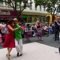 2014 07 05 BergmannstraA e Lange Tafel mit Tanzpaar vor Knofi2-
