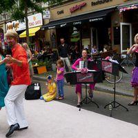 2014 07 05 BergmannstraA e Lange Tafel mit Tanzpaar vor Milagro2-