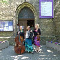 2015 06 06 vor dem Kirchenportal-