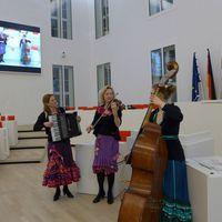 2015 03 03 Landtag Potsdam Frauentagsempang spielnd im Plenarsaal mit Videoleinwand-