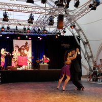 2013 07 20 Tangonale hell mit seitlichem Publikum und Tanzpaar pink 205745 DSCF6283-