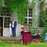 2013 06 22 Hochzeit Tornow Gartenseite mit Brautpaar und Kindern-