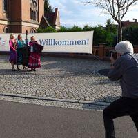 2017 08 20 Brandenburgische Sommerkonzerte Annahütte Muzet Royal vor der Kirche mit Fotograf-